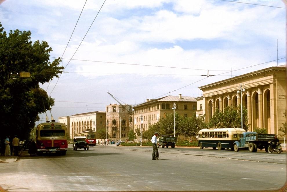 Тошкент кўчаларидан бири (одна из ташкентских улиц)