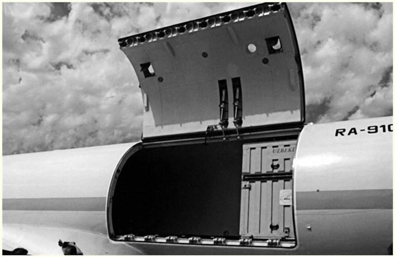 Грузовой люк самолета Ил-114Т
