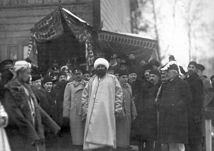 Эмир Бухарский Сеид Мир-Алим и сопровождающие его лица на закладке мечети. 1910 г.