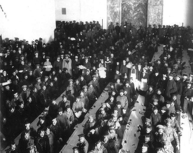 Солдаты-мусульмане в Соборной мечети перед отправкой на фронт. 1914-1915. Фото Я. Штейнберга.