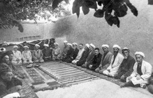 Члены Духовного управления мусульман и ревизионной комиссии во время заседания Пленума САДУМ. Ташкент, 1943 г.